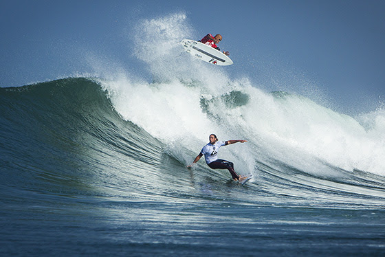 Caption: American Kelly Slater (top) and Australian Matt Wilkinson (bottom) trade blows in Round 1 of the Quiksilver Pro France Image: ASP / Poullenot