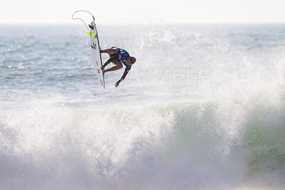 Kolohe Andino flies into the Quarterfinals at the Quiksilver Pro France. Credit: ASP / Scholtz