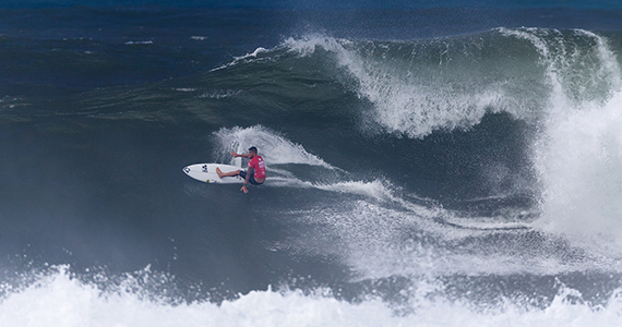 Hawaiian Ezekiel Lau delivers the day's top performance. Image: ASP / Kelly Cestari